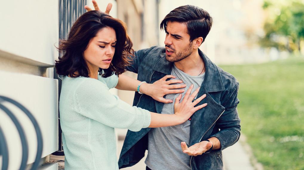 Un potencial agresor ataca a una mujer emocionalmente inestable.