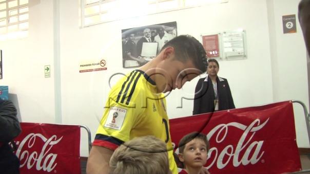 Así se comportó James Rodríguez con dos niños peruanos.