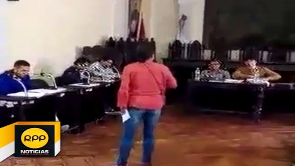 Ciudadana le increpó al alcalde Ricardo Velezmoro, que otorgó la confianza a funcionarios