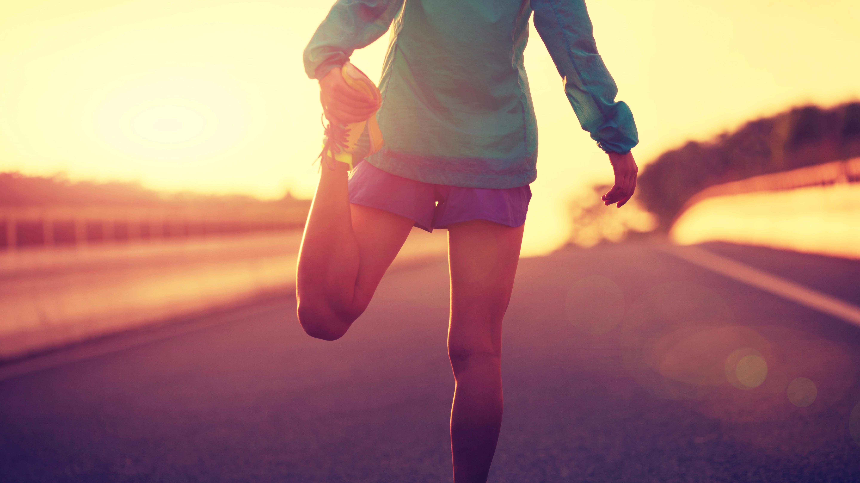Rotación de pies y rodillas es el ejercicio básico.