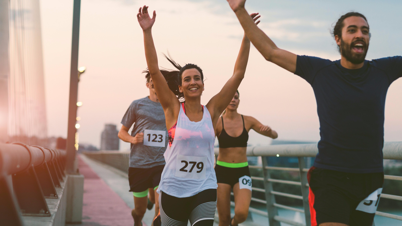 El calentamiento favorece a la agilidad, fuerza y flexibilidad al prepararse para una carrera de largo aliento.
