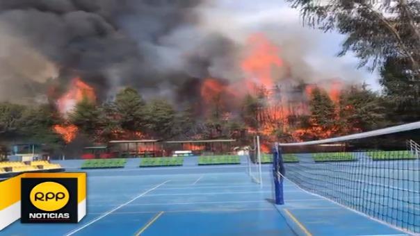 El fuego se expandió hasta los árboles ocasionando que el fuego se avive, bomberos realizan trabajos para extinguirlo.