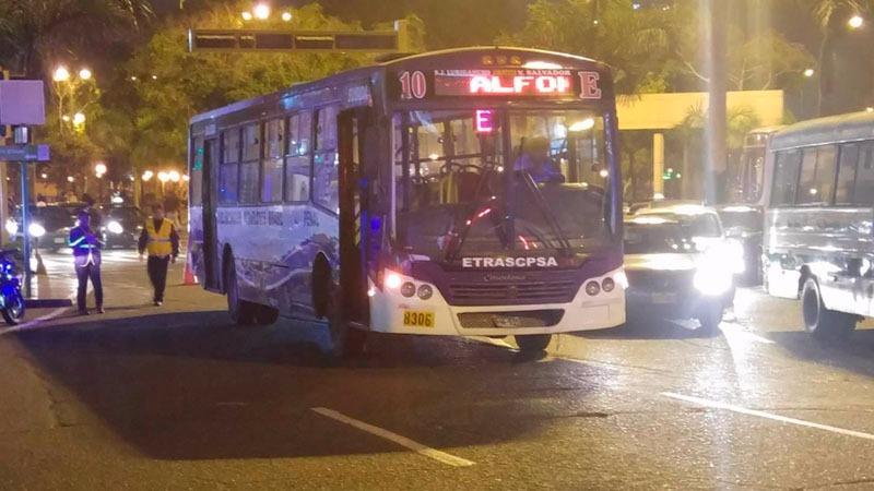 El bus de la empresa de transportes Cristo de Pachacamilla no pudo ser movido por los miembros del Serenazgo de Miraflores.
