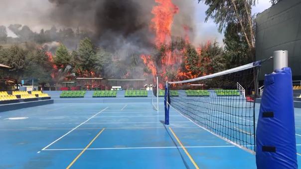 El incendio visto desde las canchas de tenis.