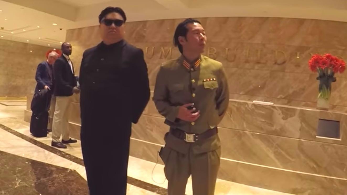 El sujeto disfrazo como Kim Jong sacó más de una sonrisa a un transeúnte.