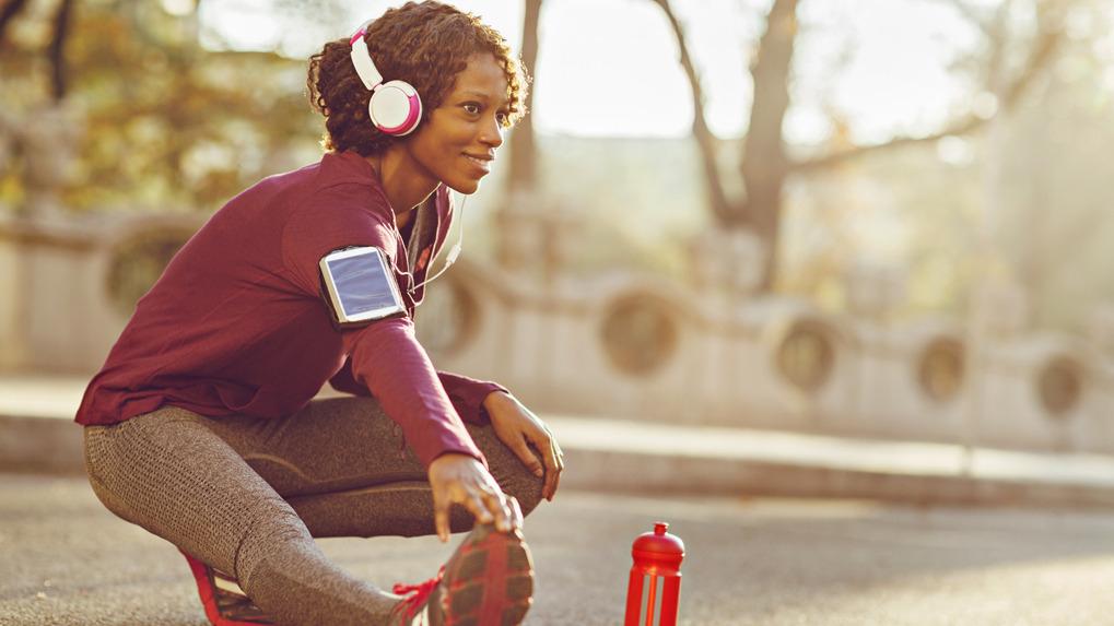 Cuando llega la fase del estiramiento y de descanso, los músculos pueden relajarse con sonidos que transmitan calma.