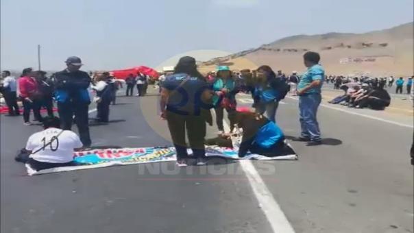 Profesores bloquearon la carretera durante cuatro horas y generaron gran congestión vehicular.