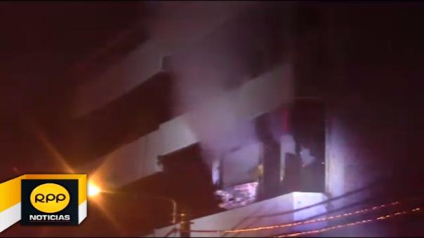 Bomberos realizaron denodados esfuerzos para evitar que las llamas no se propaguen.