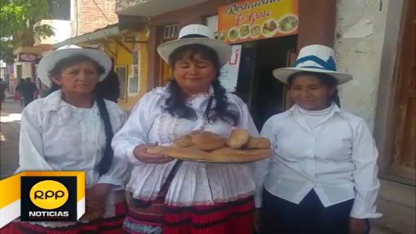 Panaderas se especializan en elaborar productos con figuras singulares que ofrecerán a ciudadanía en feria en el distrito de Santiago.