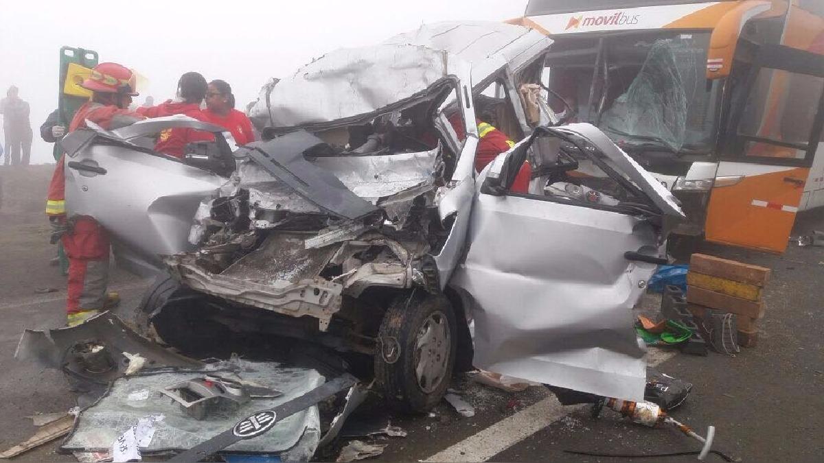 Densa neblina ocasionó que los vehículos que se desplazaban por ambas vías de la carretera impactaran.