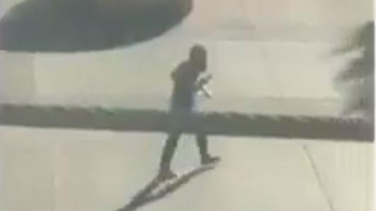 En un video se logra captar al supuesto conductor con dos pistolas en mano.