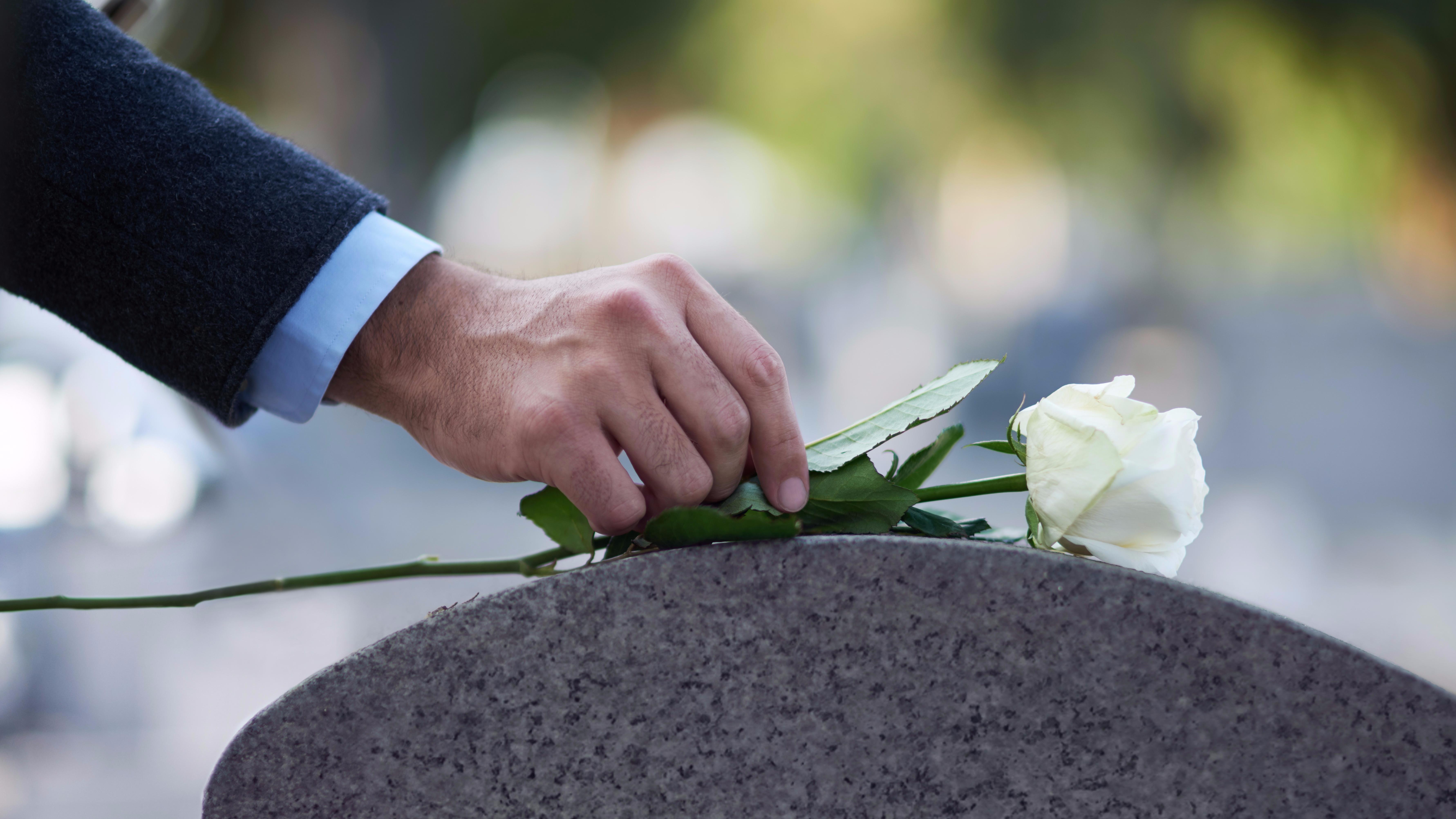 El duelo y el luto son dos conceptos que van de la mano, pero que no necesariamente significan lo mismo.