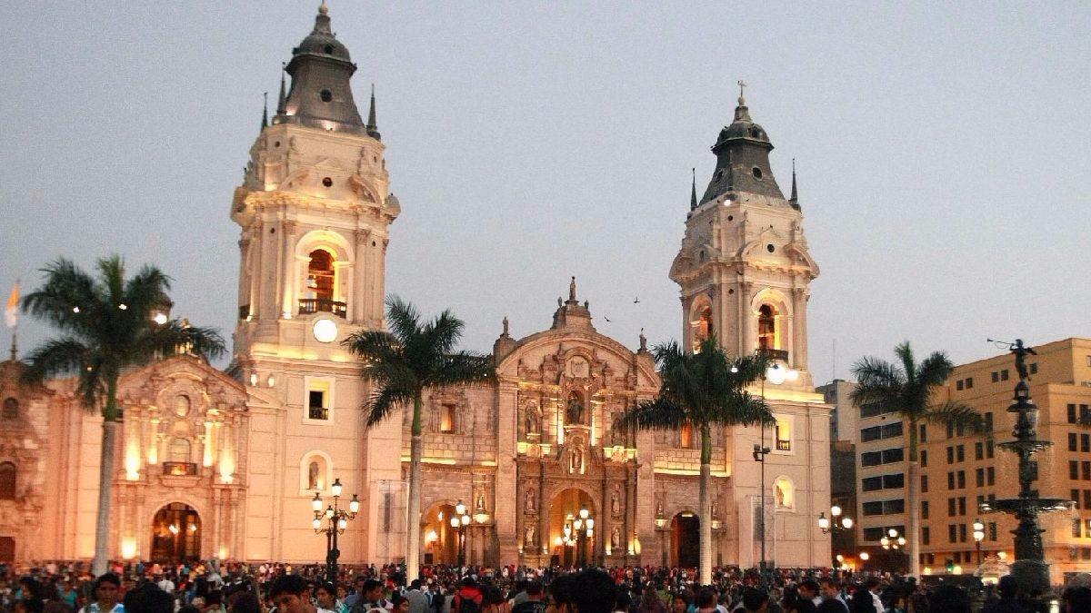 La catedral está ubicada en la Plaza de Armas de Lima, cerca al Palacio de Gobierno y el Palacio Municipal.