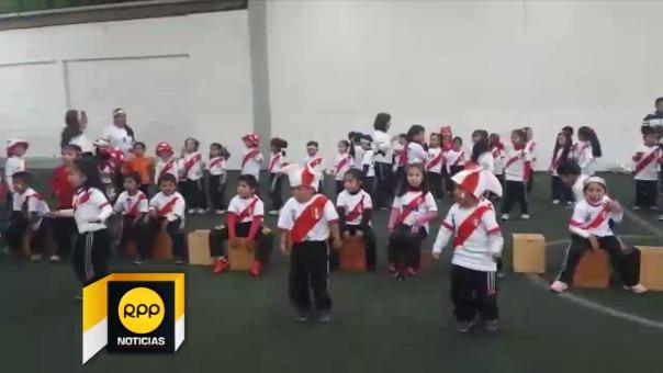 Niños alientan a la selección peruana con cajón y música criolla