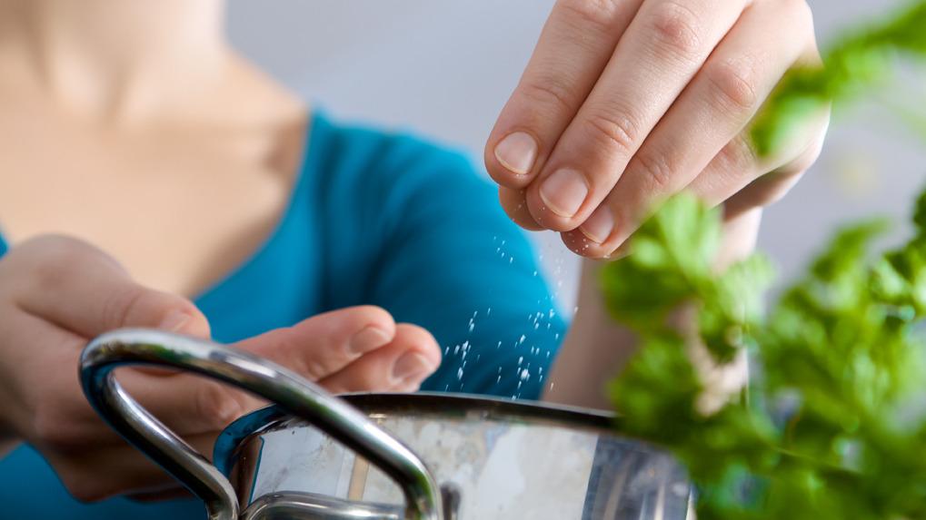 Una preparación casera no debería exceder de un pellizco de sal por plato.