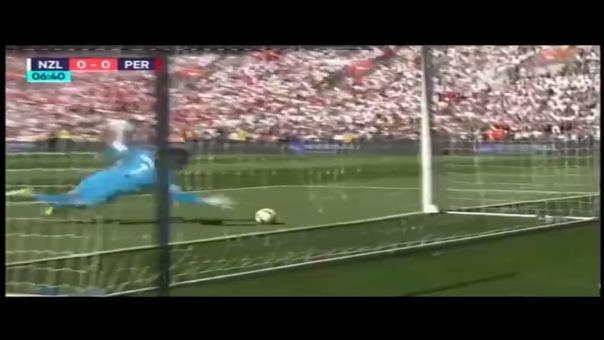 Stefan Marinovic impide el gol de Perú tras una pelota peleada por Farfán en el área.