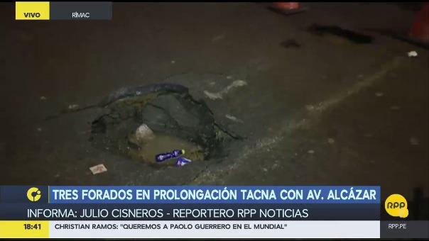 Los agujeros fueron cercados por personal de Sedapal para evitar que otros vehículos queden atascados.