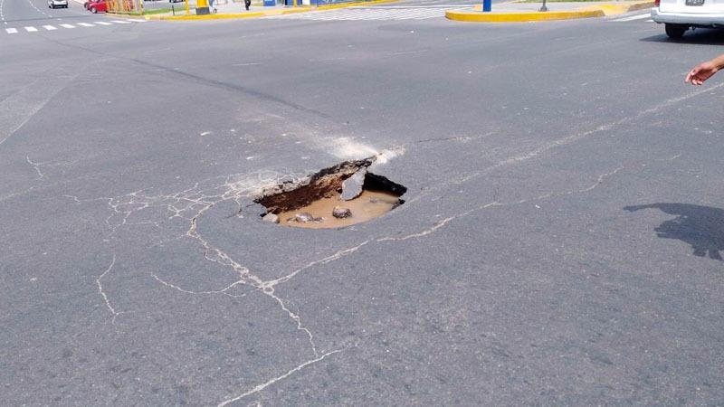 Los conductores tuvieron que ser cuidadosos para evitar que sus vehiculos queden hundidos.