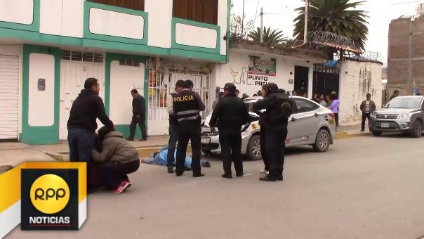 El conductor luego de atropellar al hombre, intentó escapar pasando por encima del cuerpo.