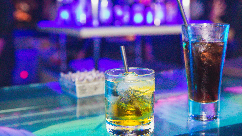 Por su popularidad, el redbull es el energizante o estimulante más usado y su venta con whisky o vodka son consumidos por jóvenes y adultos alrededor del mundo.