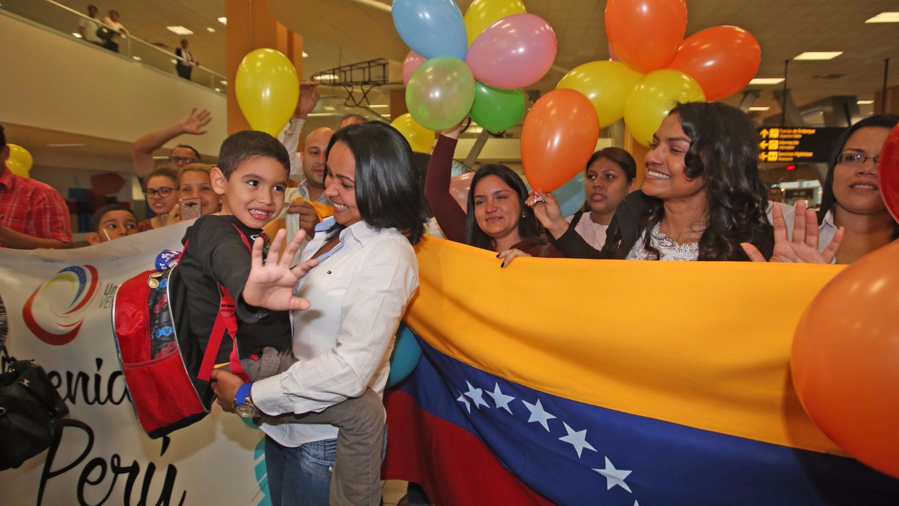 Ciudadanos venezolanos esperaron a los niños con banderas y pancartas.