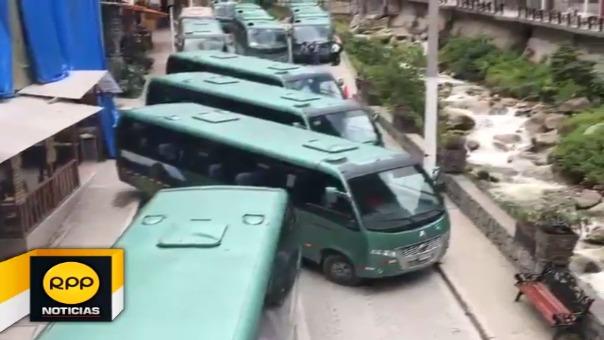 Miles de turistas son perjudicados, caminan varios kilómetros  por suspensión de servicio de buses a ciudadela inca.