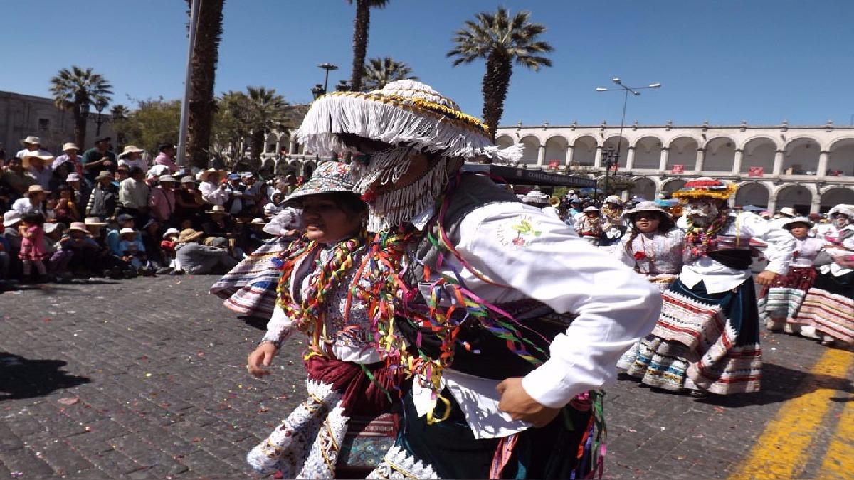 Se anuncia la realización de un gran baile en la plaza de armas de la Ciudad Blanca con la participación de 80 parejas.