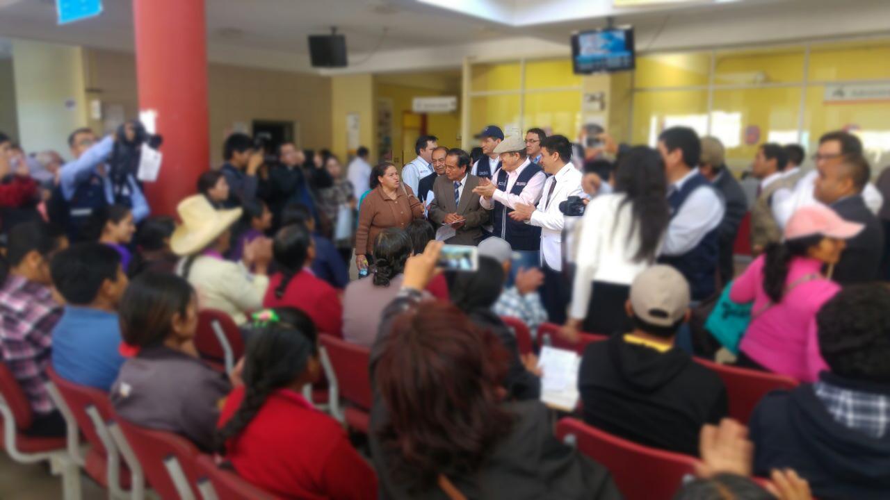 Los usuarios del Hospital Regional de Cajamarca dijeron que deben hacer largas colas en pleno frío y lluvia para conseguir una cita