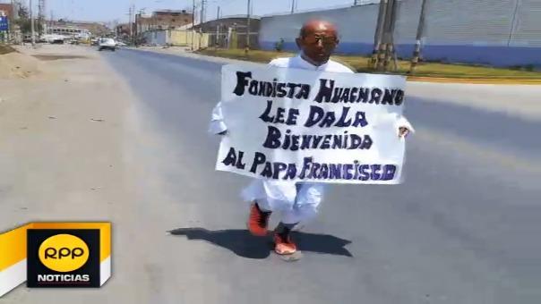 Con 45 años, César Espinoza Castillo correrá unos 160 kilómetros vestido de blanco y portando un letrero de bienvenida.