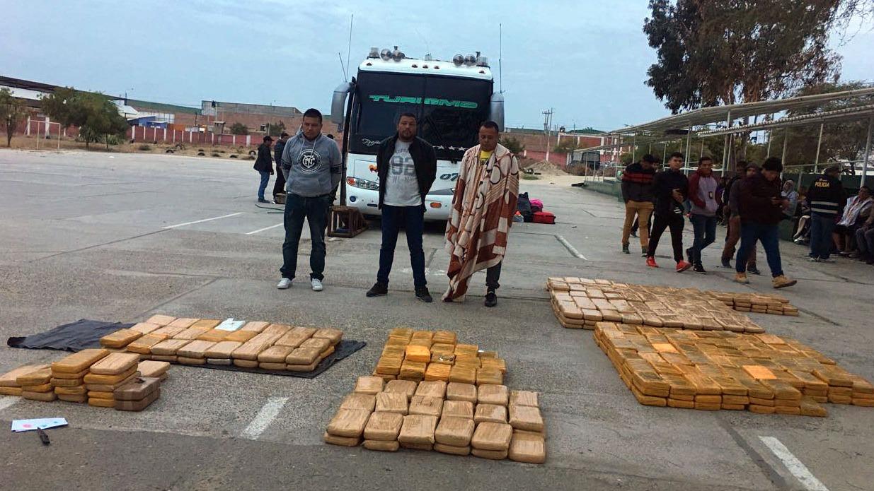Se detuvo a tres pasajeros identificados como Gustavo Albornoz Hidalgo, Heli Gomez Niño y Hernán Darío Pérez.