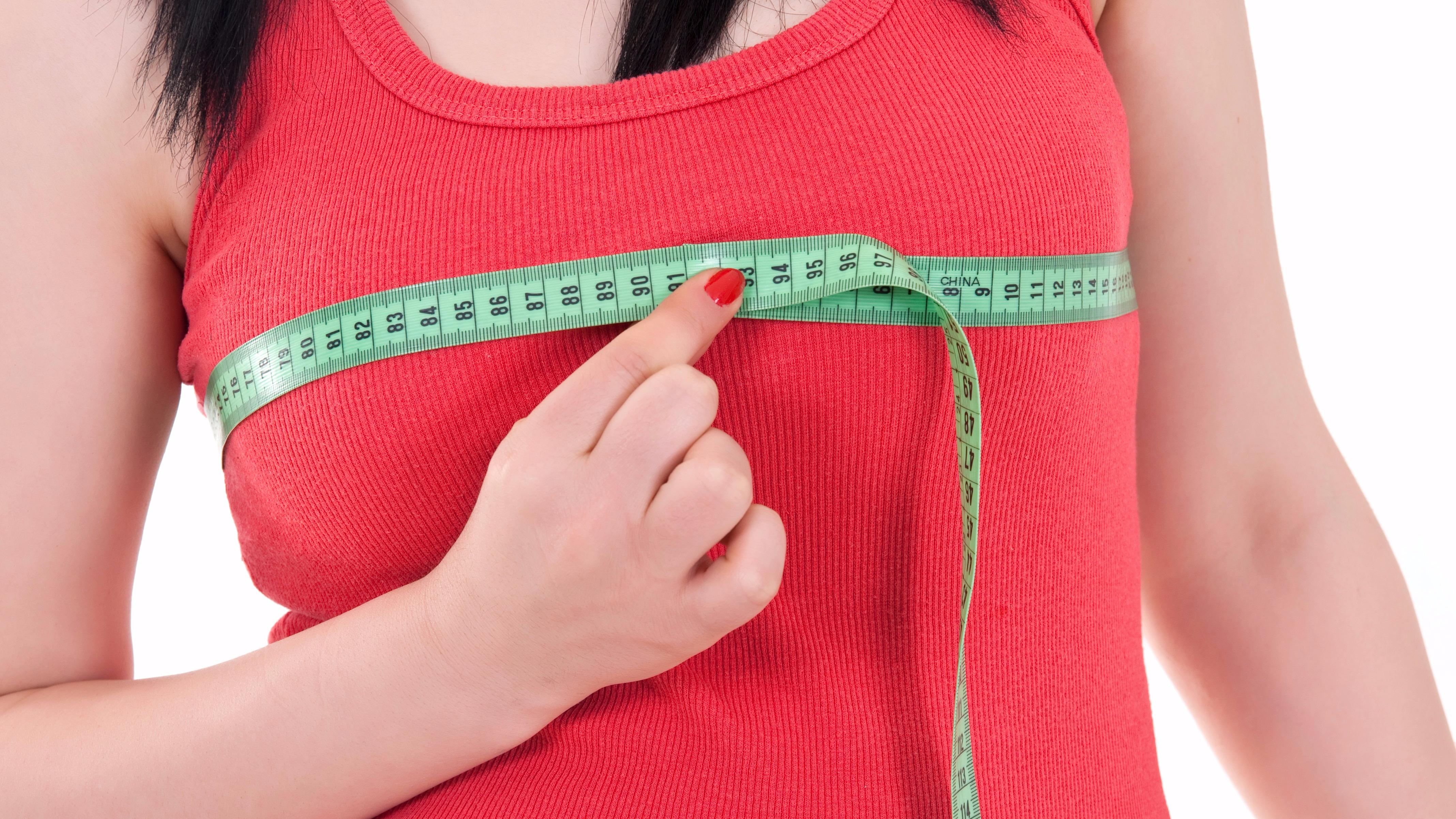 La especialista explica que son varios los factores que pueden llevar a las jóvenes a tomar la decisión de aumentarse la talla del busto.