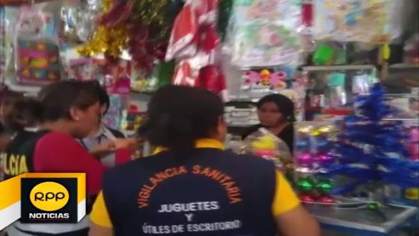 Esta mañana inspeccionaron los stands de expendio de juguetes en el mercado del distrito de Castilla.