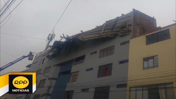 Producto del viento, parte del techo también quedó colgando en la fachada del hotel Jorge Chávez.