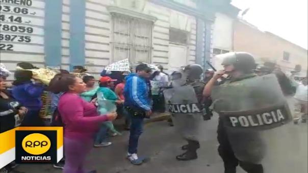 Manifestantes primero protestaron en las salas civiles