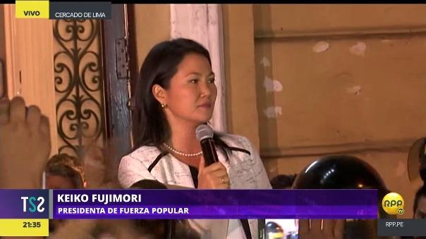 Un grupo de simpatizantes acompaña a Keiko Fujimori en el 'balconazo' que dio este jueves tras el allanamiento a locales de Fuerza Popular.