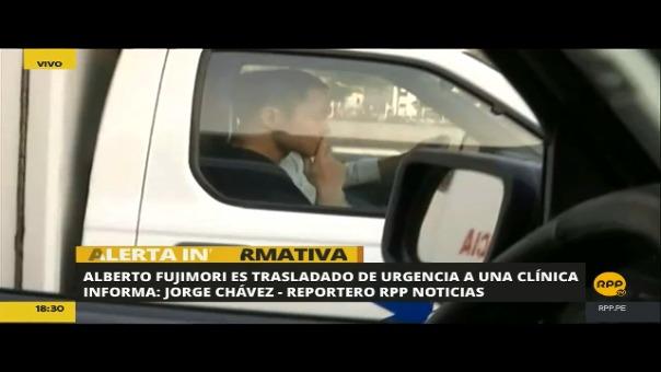 Kenji Fujimori en el asiento del copiloto de la ambulancia que traslado a su padre a la clínica.