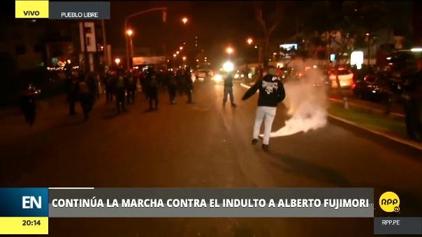 Un grupo de manifestantes llegó a Pueblo Libre para protestar frente a la Clínica Centenario.