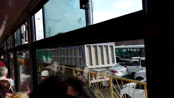 Largas filas de autos se observan por la avenida Túpac Amaru.