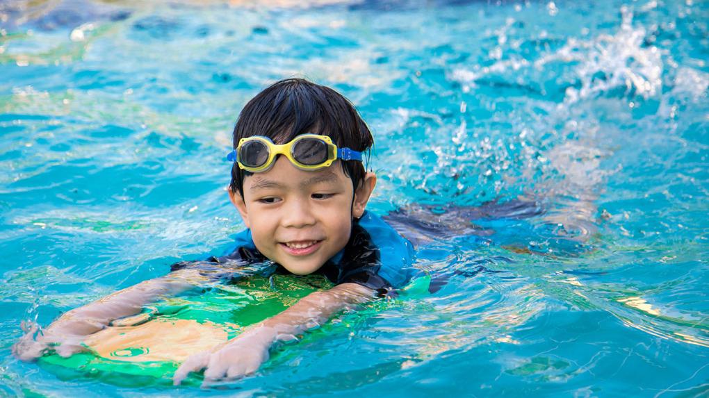 Los lentes de natación disminuyen el riesgo de contraer una conjuntivitis.