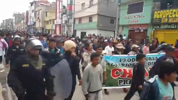 Agricultores bloquearon carreteras de ingreso hacia Ayacucho.