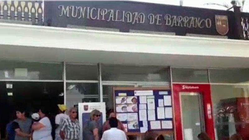 La subasta se realizó en la sala de regidores de la Municipalidad de Barranco, hasta donde llegó un grupo de vecinos que quisieron ingresar.