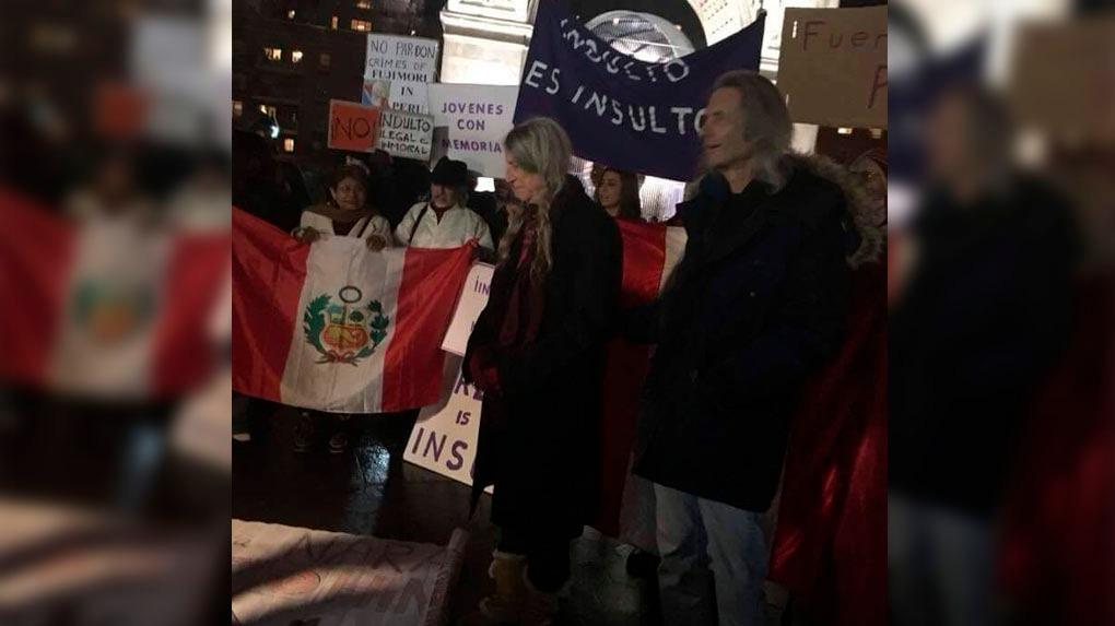 Patti Smith y el guitarrista de su banda Lenny Kaye, rodeados por banderas peruanas.