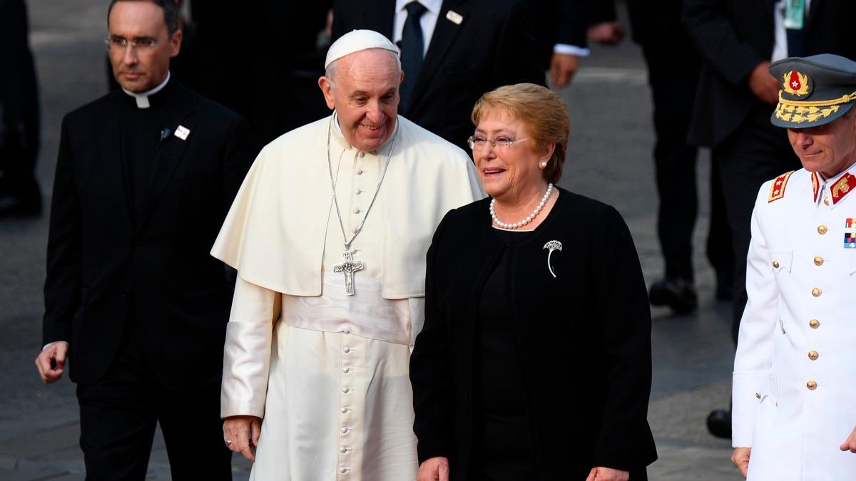 Así fue la llegada del papa Francisco a la sede del Gobierno chileno.