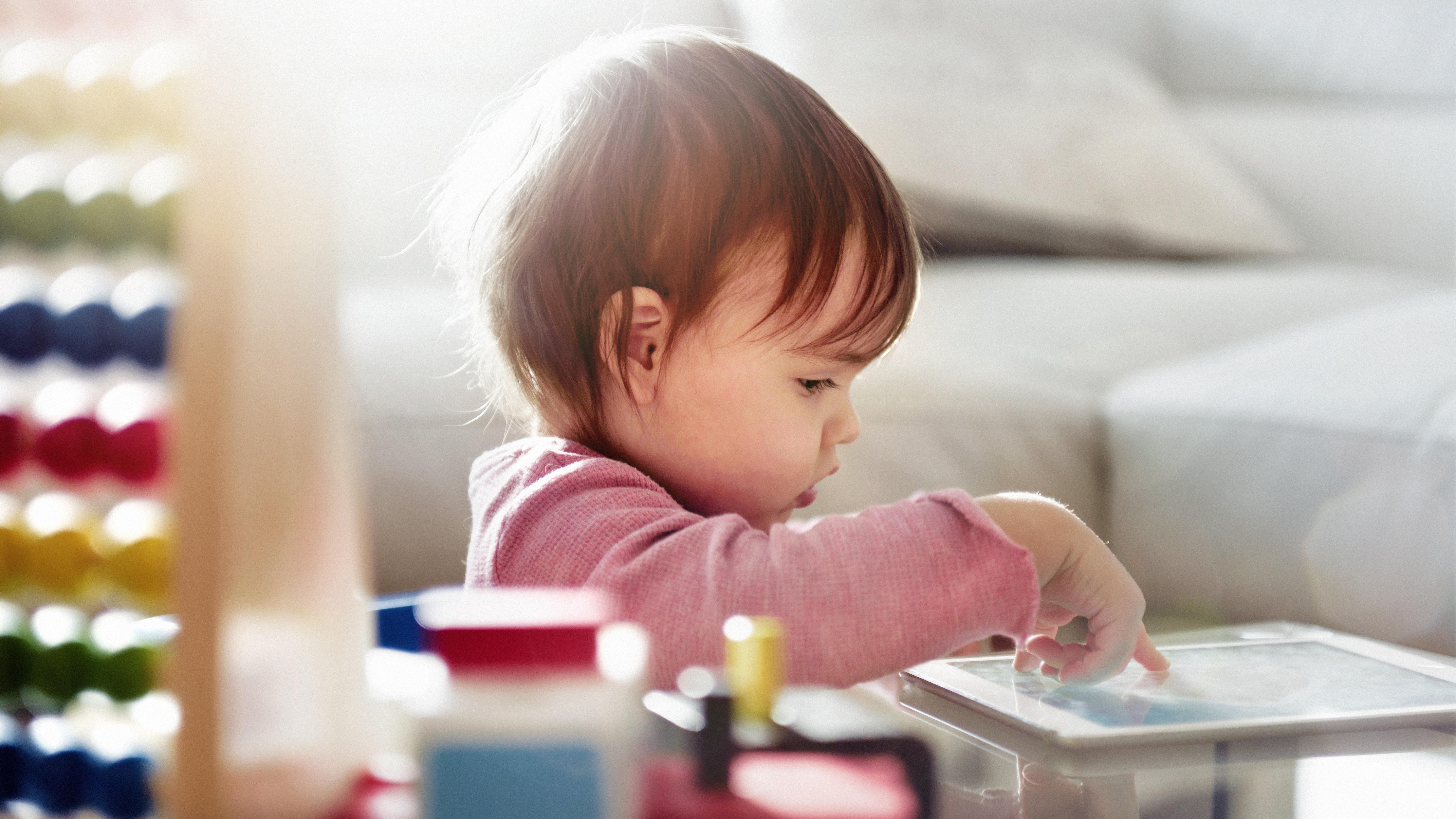 Huerta expone que el acurrucar con cuentos a nuestros hijos es un hábito más que saludable.