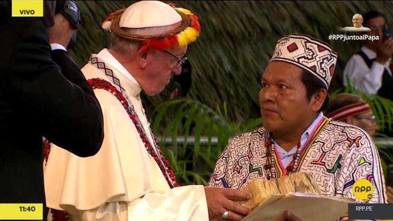 El papa Francisco recibió un regalo simbólico por parte de los pueblos amazónicos.