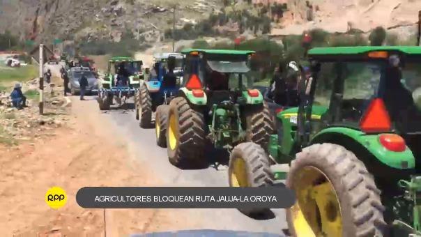 Con tractores, agricultores bloquearon ruta Jauja - La Oroya.
