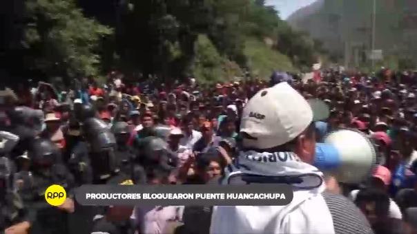 Mientras algunos productores esperan sostener el diálogo con el ministro otros mantienen su medida de protesta bloqueando la vía.