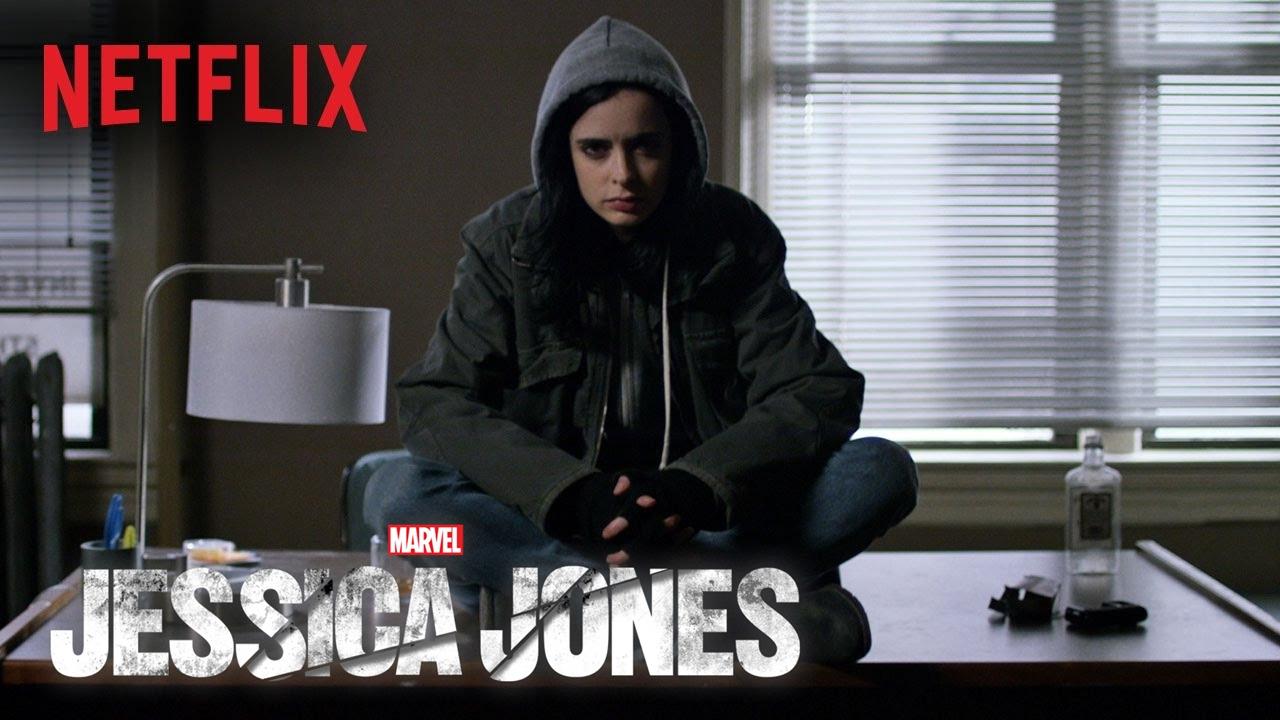 Además de sus poderes superhumanos, Jessica Jones es una detective habilidosa y periodista investigadora. Ha tenido además entrenamiento básico en combate cuerpo a cuerpo.