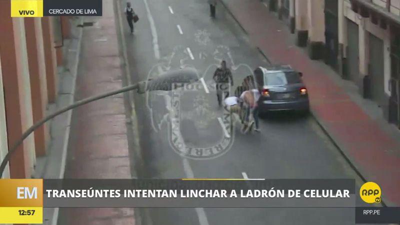 Las cámaras de seguridad grabaron a los transeúntes ayudando a una mujer víctima de robo.