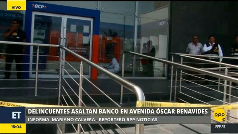 Los delincuentes amenazaron con sus armas e incluso golpearon a los trabajadores del banco, según comentaron los clientes.